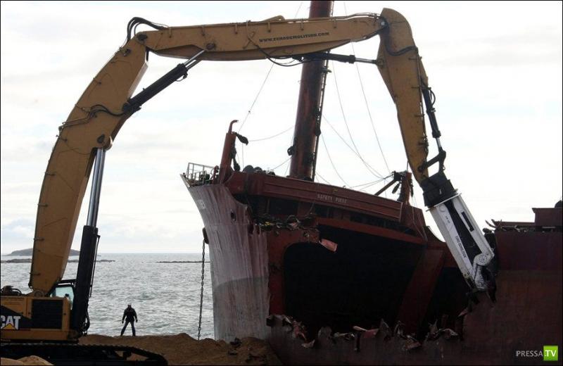 Демонтаж судна севшего на мель (4 фото)