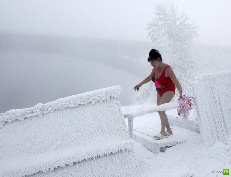 Купание красноярских «моржей» в Енисее при -37° C. (10 фото)