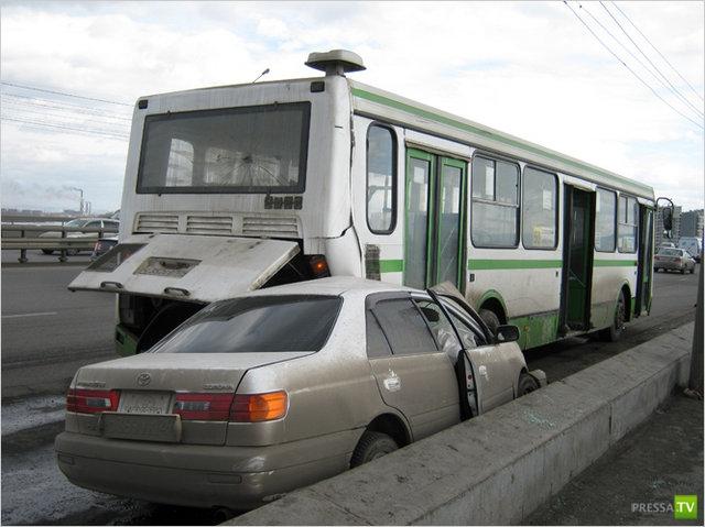 В Красноярске Toyota Corona Premio въехала в автобус. Жесть!