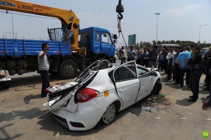 Кран упал на автомобиль (5 фото)