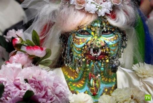 Женщина с 7000 пирсинг-украшений вышла замуж (2 фото)