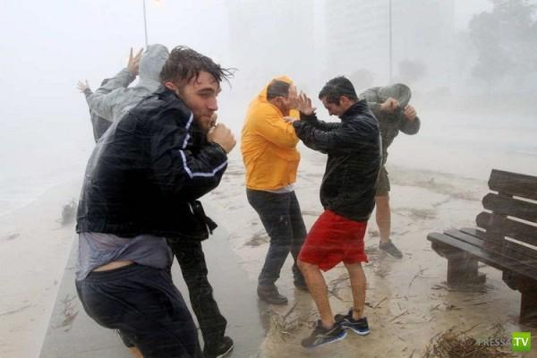 Тропический шторм Исаак достиг побережья США (37 фото)