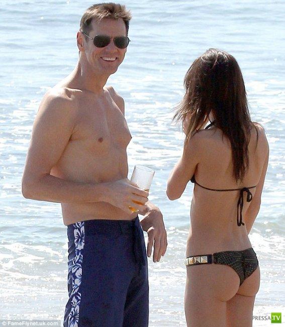 Джим Керри отдыхает в Малибу (10 фото)