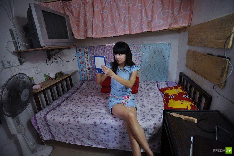 Брюнетка в квартире фото