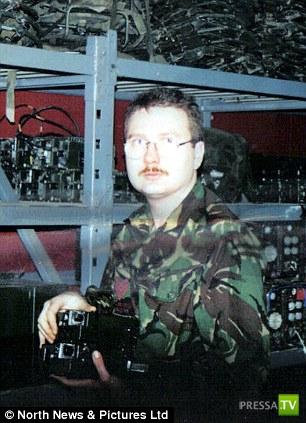 47-летний рядовой Рассел Джексон, проходивший службу в Королевском полку, кардинально изменил свою жизнь... (5 фото)
