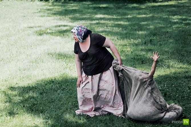 Творческая серия фотографий про обратную сторону материнской любви (23 фото)