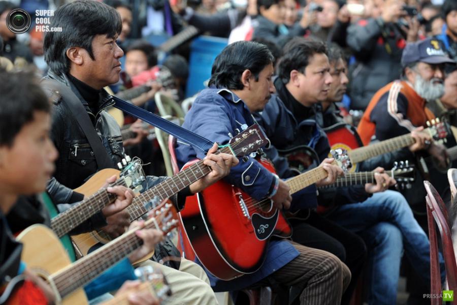 В Дарджилинге 600 гитаристов исполнили композицию «Imagine» в память о погибшей индийской студентке (5 фото)