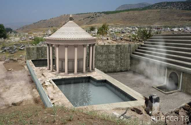 """Итальянские археологи нашли """"врата ада"""" в Турции (6 фото)"""