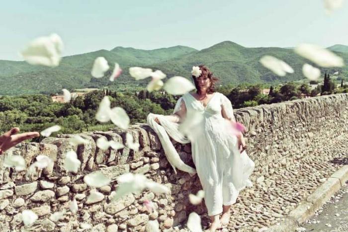 Австралийская художница Джоди Роуз вышла замуж за 600-летний Чертов мост (12 фото)