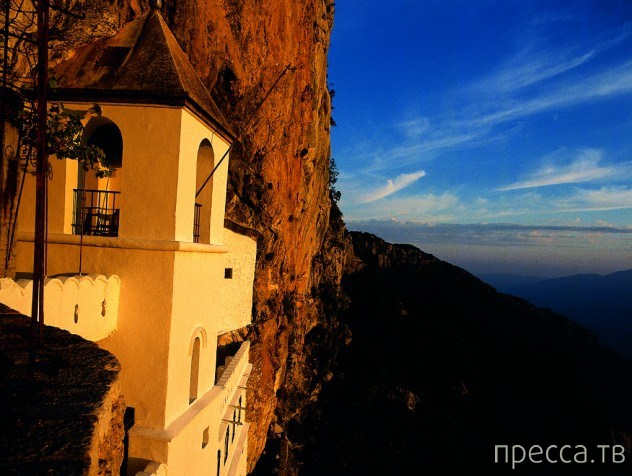 Самые изолированные монастыри в мире (11 фото)