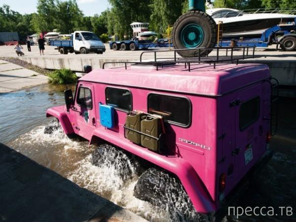 В Москве девушка ездит на огромном розовом броневике (3 фото)