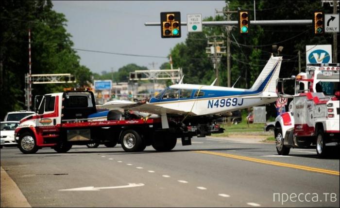 Самолет залетел на автозаправку (3 фото)