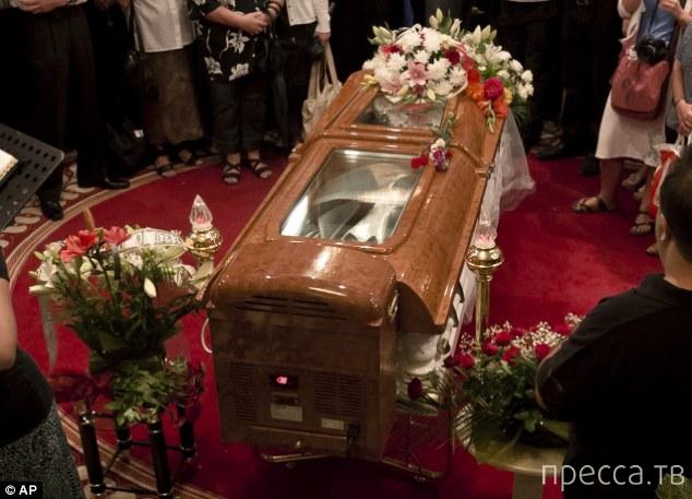Гроб с кондиционером для короля (7 фото)