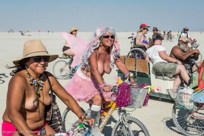(18+) Burning Man 2013. 10 000 голых сисек в пустыне (65 фото)