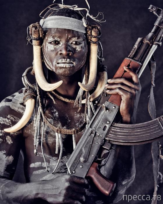 Голый абориген с калашниковым фото