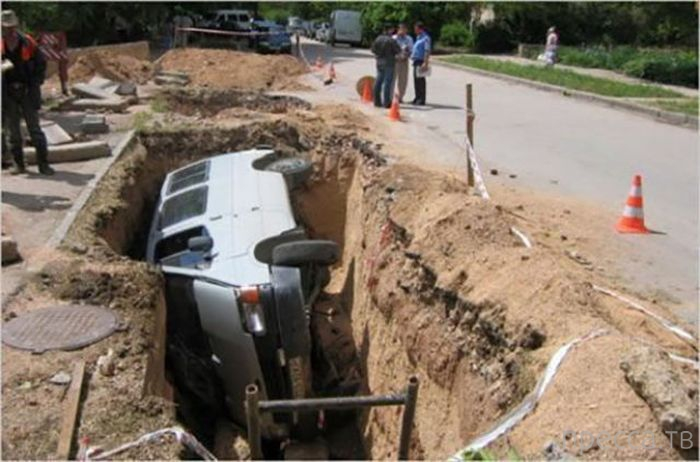 Странные, нелепые и мало объяснимые автомобильные аварии (32 фото)