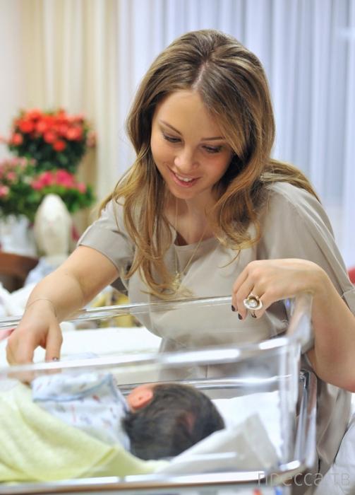 Дмитрий Дибров впервые показал своего новорожденного сына (4 фото)