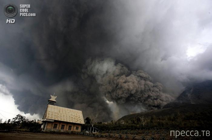 Извержение вулкана Синабунга на Суматре (6 фото)
