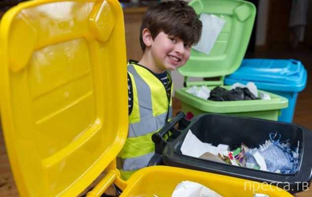 Одержимый мусором 5-летний мальчик купил мусоровоз (6 фото)