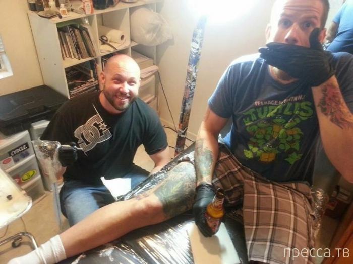 Слепой парень осваивает искусство татуировки (5 фото)