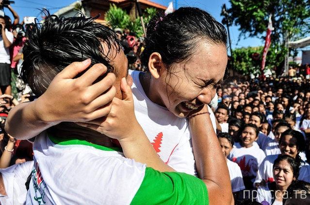 Фестиваль поцелуев - «Omed Omedan» на Бали, Индонезия (12 фото)