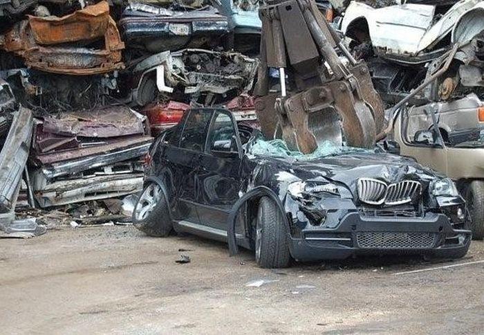 Утилизация бракованного внедорожника BMW (5 фото)