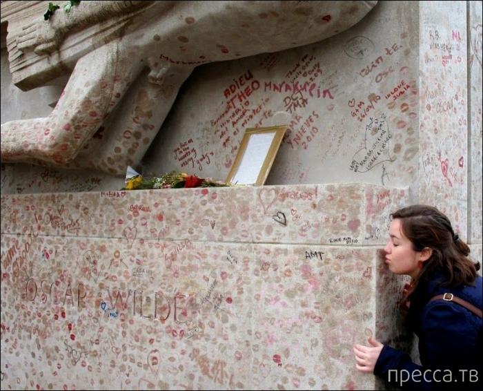 Мемориал на Пер-Лашез, покрытый следами помады тысяч поцелуев (12 фото)