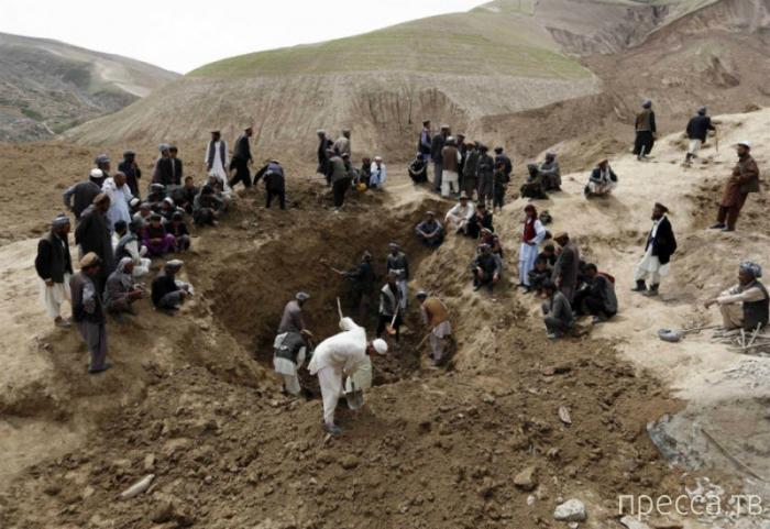 Огромный оползень в Афганистане (8 фото)