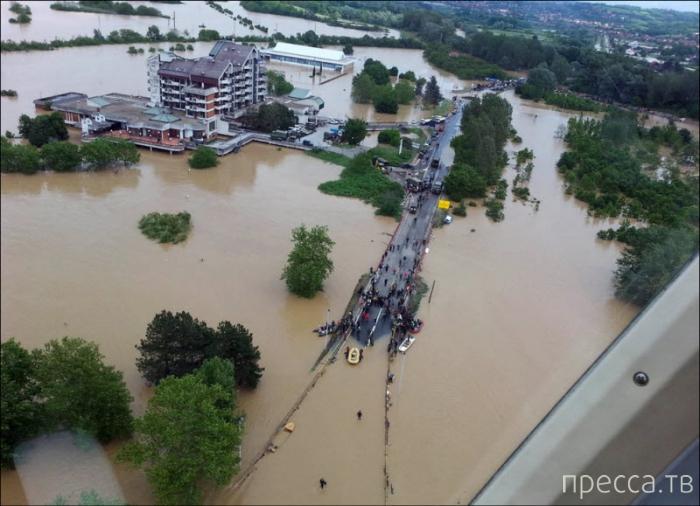 Сильнейшее за 120 лет наводнение на Балканах (24 фото)