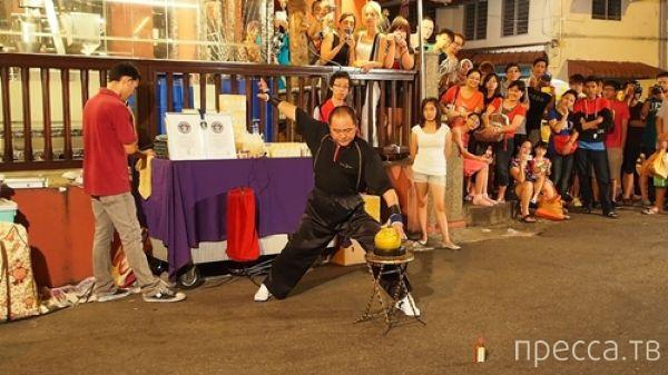 Китайский мастер кунг-фу - Хо Энь Ху пальцем пробивает кокосовый орех (5 фото + видео)