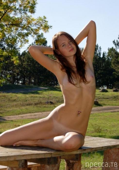 Худенькая девушка с красивым загаром (16 фото)