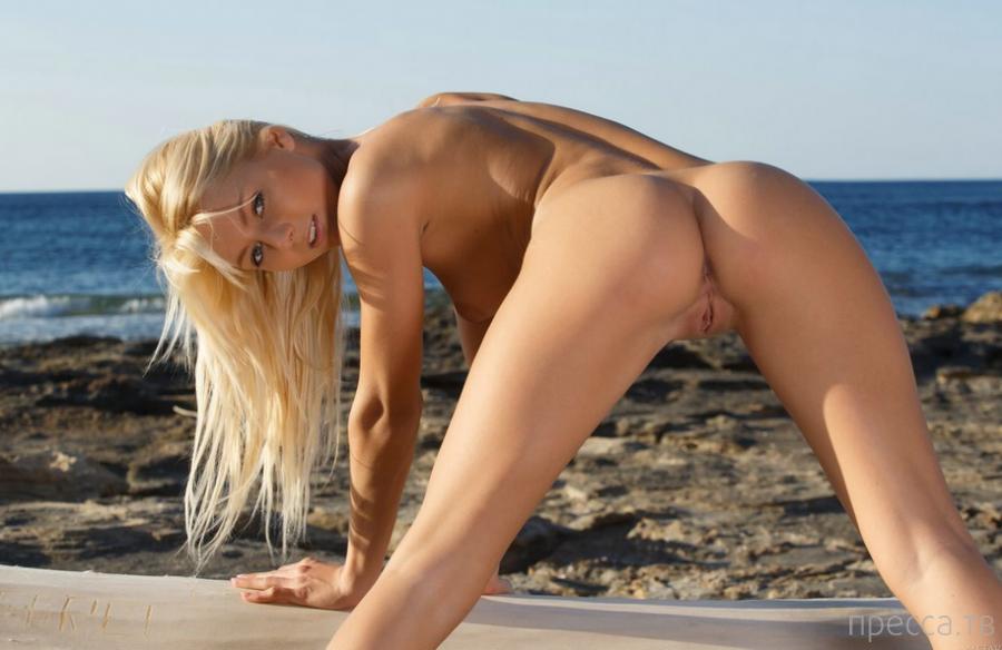 Красивая блондинка в бикини (20 фото)