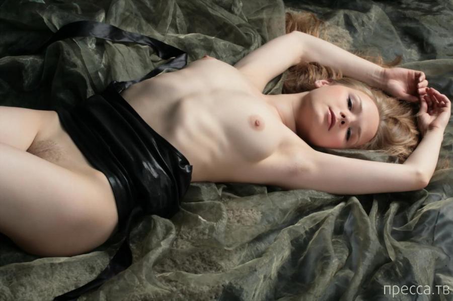 Красивая девушка с молочно-белой кожей (11 фото)