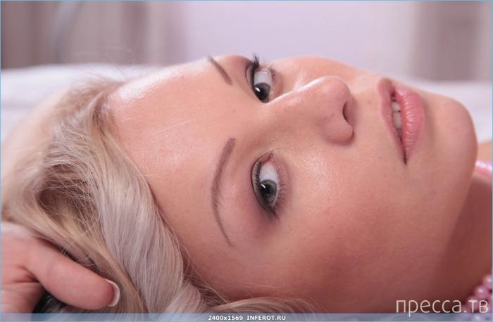 Миленькая нескромная блондинка (20 фото)
