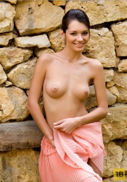 Симпатичная брюнетка с небольшой упругой грудью (17 фото)