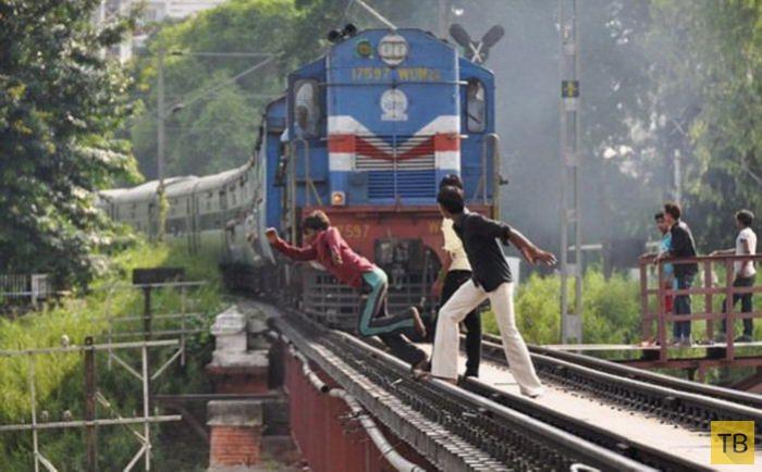 Опасная игра индийских подростков (6 фото)
