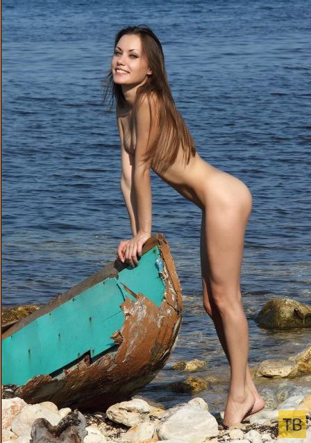 Симпатичная худышка на берегу моря (12 фото)