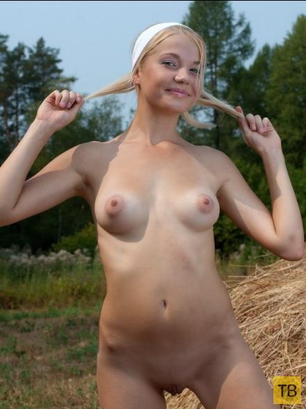 Деревенская красавица на сеновале (20 фото)