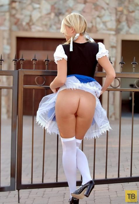 Блондинка - кровь с молоком, показывает на улице стриптиз (10 фото)