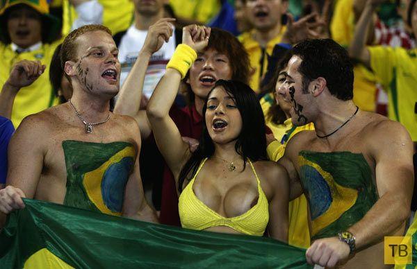Бразильская болельщица показала, что у нее под лифчиком (8 фото)