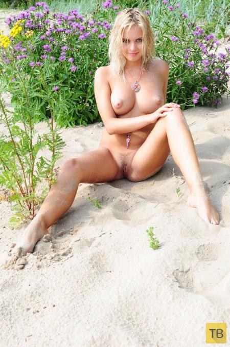 Обнаженная блондинка на берегу (13 фото)