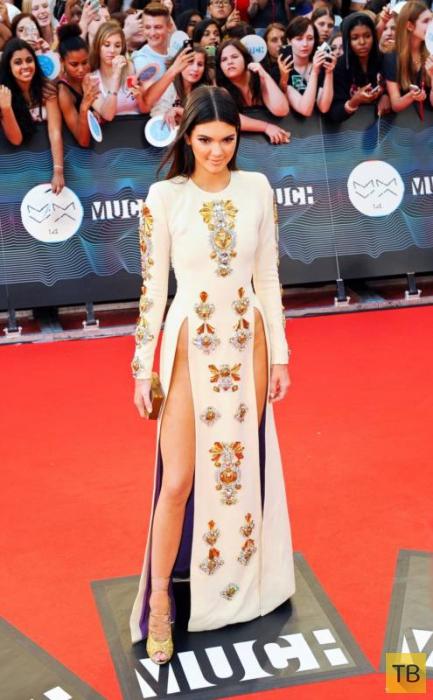 18-летняя сестра Ким Кардашьян в очень откровенном платье (9 фото)