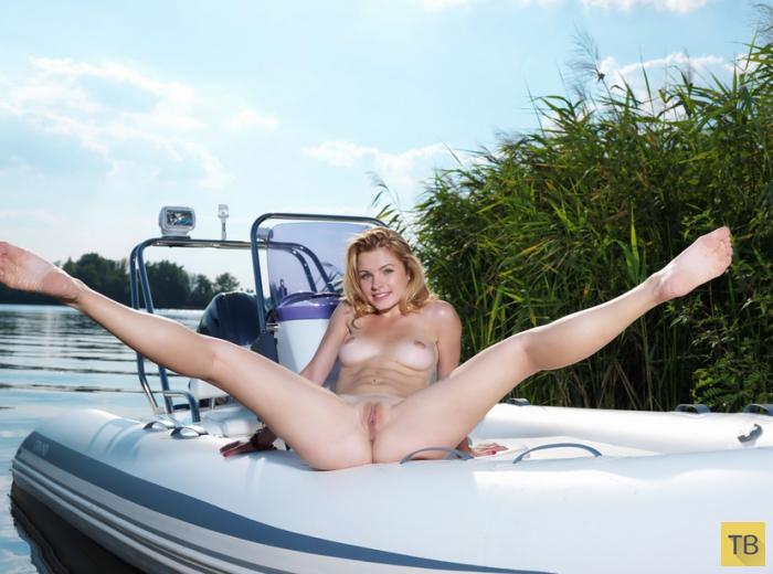 Симпатичная блондинка на берегу реки (16 фото)