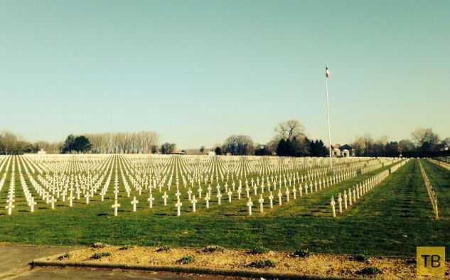 Британский подросток сфотографировал призрака, охранявшего солдатские могилы (5 фото)