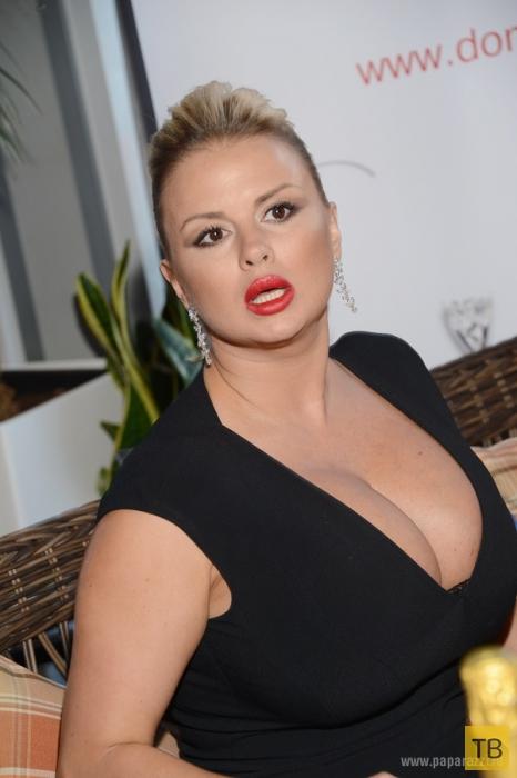 Грудь Анны Семенович продолжает расти (8 фото)