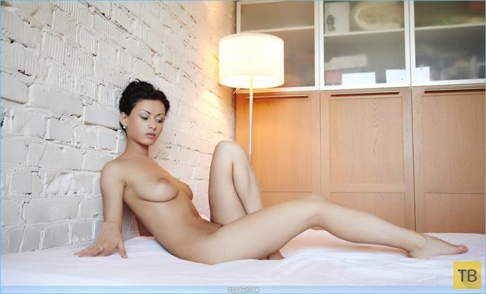 Худенькая брюнетка с большой грудью (21 фото)