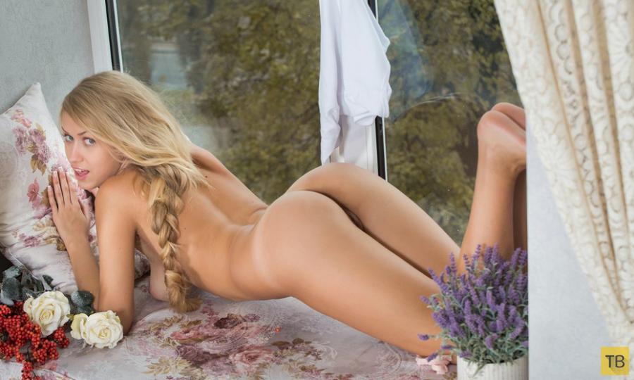 Веселая блондинка без комплексов (16 фото)