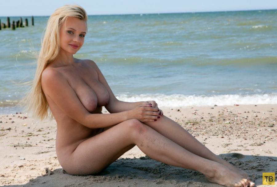 Очаровательная сисястая блондинка на берегу моря (23 фото)