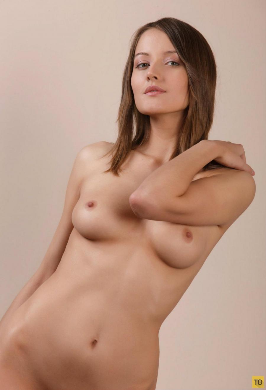 Симпатичная девушка и водные процедуры (11 фото)