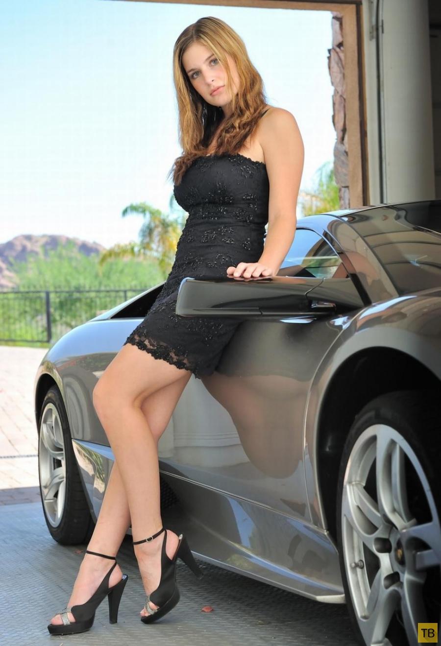 Сисястая красотка у машины (11 фото)